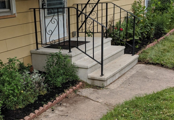 landscaping-mulching-front-porch-diy